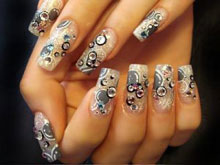 Дизайн ногтей с использованием стразов