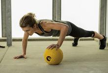 Перекатывание по мячу: и массаж, и тренировка