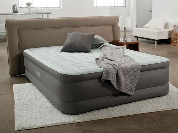 Надувная кровать в интерьере
