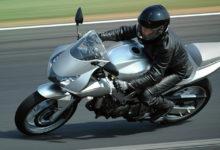 Как управлять газом для контроля подвески и сцепления мотоцикла с дорогой?