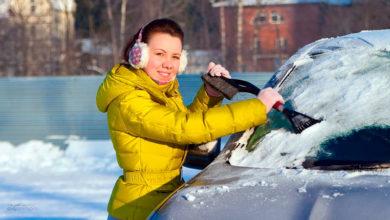 Как очистить лобовое стекло автомобиля от снега и льда